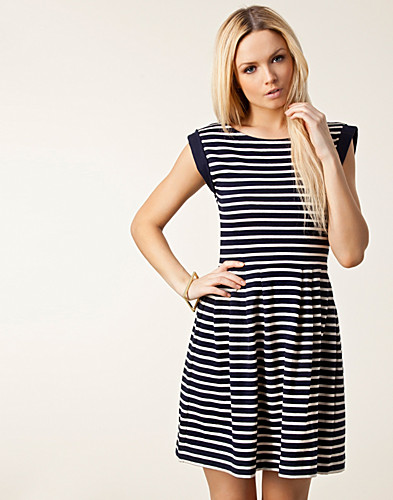 KLÄNNINGAR - FRENCH CONNECTION / COUNTY STRIPE FLARED DRESS - NELLY.COM