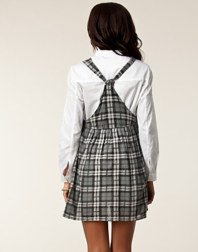 KLÄNNINGAR - WILDFOX / MAIDEN PINAFORE DRESS - NELLY.COM