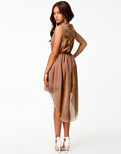 FESTKLÄNNINGAR - RARE LONDON / CHAIN BACK DIP HEM DRESS - NELLY.COM