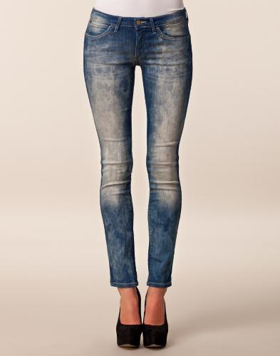 courtney harvard worn jeans