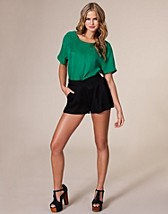 Nulle Shorts NOK 799, Gestuz - NELLY.COM