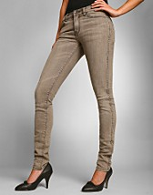 Snap Brown Jeans SEK 299, Dr Denim - NELLY.COM