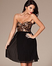 Janelle Pleated Leo Dress SEK 449, Reverse - NELLY.COM