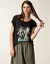 Tops , Lina Printed Tee , Cheap Monday - NELLY.COM