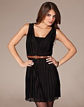Pleated Day Belt Dress SEK 349, Club L - NELLY.COM
